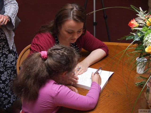 Grażyna Hanaf z córką Aichą podpisują książki
